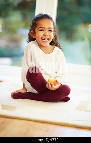 Junge Mädchen genießen einen Apfel essen - Stockfoto