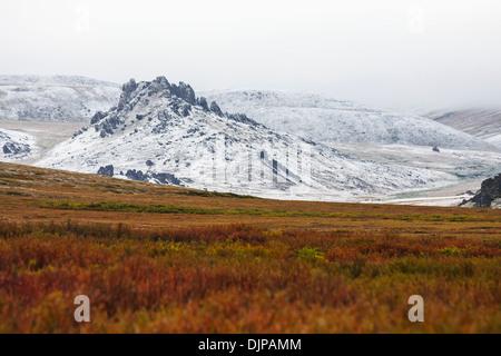 Saison die ersten Schneefälle auf Granit Tor Felsformationen in der Nähe von Serpentine Hot Springs, Bering Land - Stockfoto