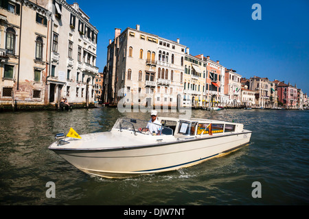 Wasser-Taxi auf dem Canal Grande, Venedig, Veneto, Italien. - Stockfoto