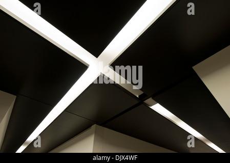Ein weißes X zeigt die Achse des Exils im jüdischen Museum in Berlin, Deutschland. - Stockfoto