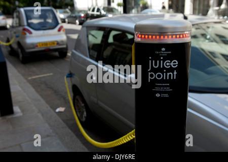Elektroautos mit Saft-Point verbunden - Stockfoto