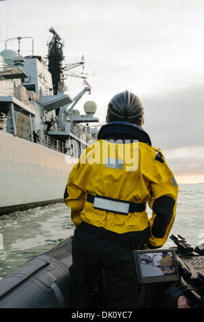 Belfast, Nordirland. 30. November 2013 - nähert eine Verfolgung Rippe aus HMS Monmouth sich das Schiff. Bildnachweis: - Stockfoto