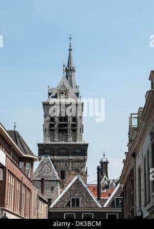 der Turm der alten Kirche in der niederländischen Stadt Delft - Stockfoto