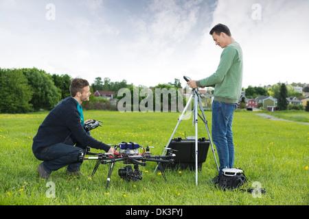 Ingenieure arbeiten an UAV Hubschrauber im Park - Stockfoto