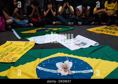 Brasilien-2013 protestiert, dass junge Menschen ihre Gesichter in Schande für Korruption in der brasilianischen - Stockfoto