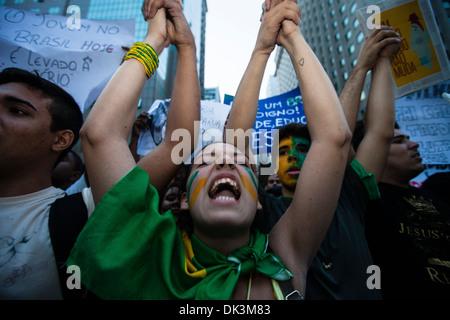2013-Proteste in Brasilien, Rio De Janeiro Innenstadt, 20. Juni 2013 junge Menschen schreien Worte gegen die brasilianische - Stockfoto