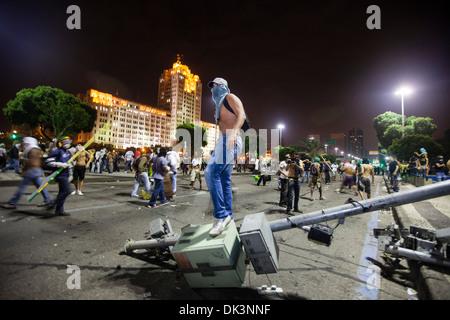 Protest von Brasilien, Rio De Janeiro in der Innenstadt, 20. Juni 2013. Revolte, Straße von Demonstranten verwüstet. - Stockfoto