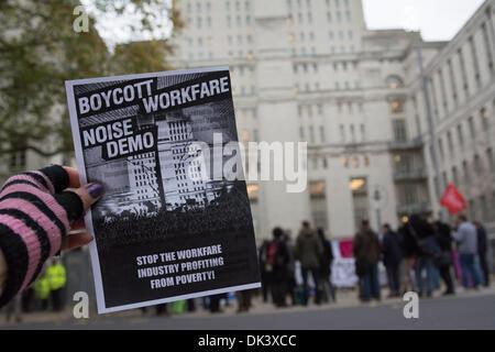 London, UK. 2. Dezember 2013. Demonstranten nehmen Teil in einer Lärm-Demo gegen Workfare, eine Politik der Regierung, - Stockfoto