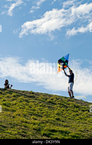 Ein junges Paar will fly a Kite am Himmel, Seattle, Bundesstaat Washington, USA - Stockfoto