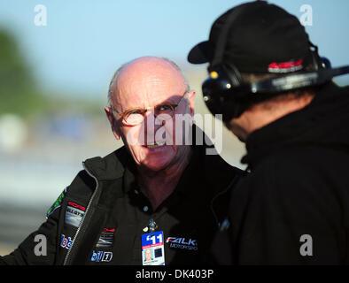 14. März 2011 - Sebring, Florida, USA - Falken Motorsports team Manager DERRICK WALKER spricht mit Mechanik während - Stockfoto
