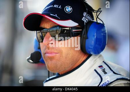 14. März 2011 - Sebring, Florida, USA - BMW-Fahrer BILL AUBERLEN blickt auf eine Testphase für die 12 Stunden von - Stockfoto