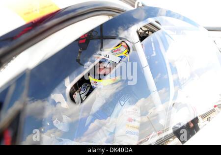 15. März 2011 - wartet Sebring, Florida, USA - BMW-Pilot DIRK WERNER, von Deutschland, während des Tests für die - Stockfoto