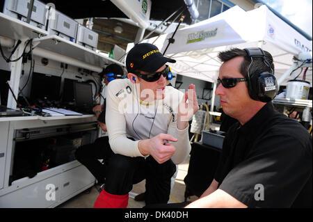 15. März 2011 - links Sebring, Florida, USA - Dyson Racing Fahrer CHRIS DYSON, während der Tests für die 12 Stunden - Stockfoto