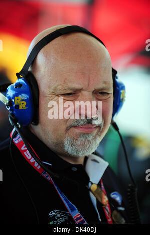 15. März 2011 - Sebring, Florida, USA - Jaguar Racing Mitinhaber PAUL GENTILOZZI blickt auf eine Testphase für die - Stockfoto