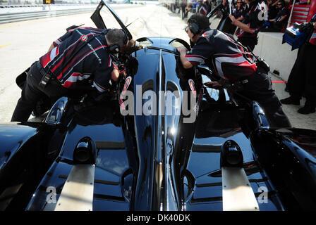 15. März 2011 arbeiten - Sebring, Florida, USA - Mechanik auf der Ebene 5 Motorsport Lola Honda während der Tests - Stockfoto