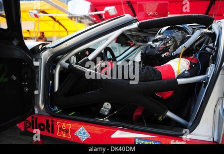 15. März 2011 wartet - Sebring, Florida, USA - Robertson Racing Ford GT Fahrer BORIS SAID während der Tests für - Stockfoto