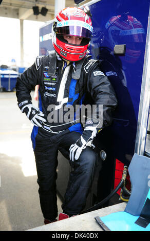 15. März 2011 wartet - Sebring, Florida, USA - Highcroft Acura Rennfahrer SIMON PAGENAUD, von Frankreich, während - Stockfoto