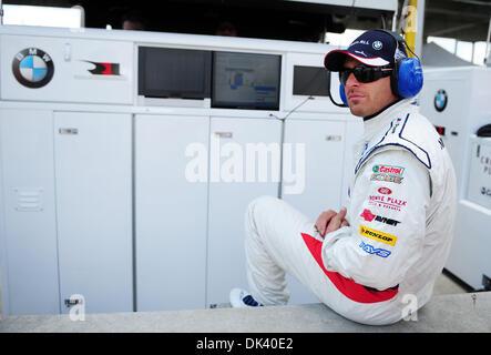 15. März 2011 - blickt Sebring, Florida, USA - BMW-Fahrer BILL AUBERLEN, auf eine Testphase für die 12 Stunden von - Stockfoto