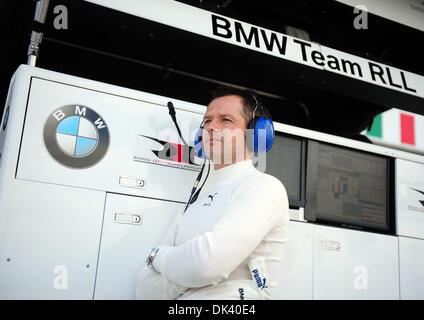 15. März 2011 - blickt Sebring, Florida, USA - BMW-Pilot ANDY PRIAULX aus England, auf eine Testphase für die 12 - Stockfoto