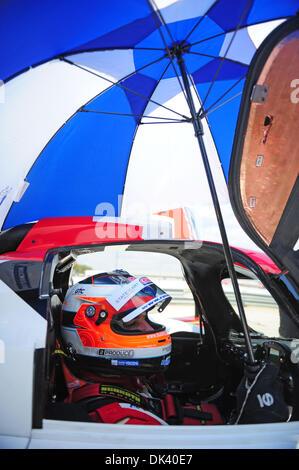 15. März 2011 wartet - Sebring, Florida, USA - Rebellion Toyota Racing JEROEN BLEEKEMOLEN, der Niederlande, während - Stockfoto