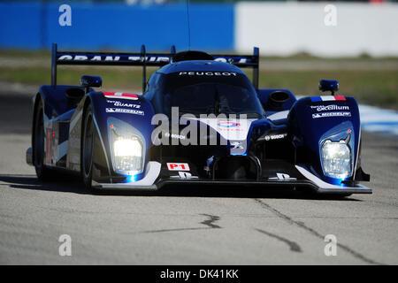 17. März 2011 - treibt Sebring, Florida, USA - Peugeot-Fahrer MARC GENE, von Spanien, die 908 während des Trainings - Stockfoto