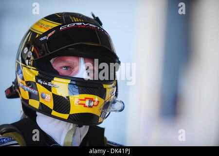 17. März 2011 - Sebring, Florida, USA-Corvette-Fahrer JAN MAGNUSSEN, von Dänemark, blickt auf während des Trainings - Stockfoto