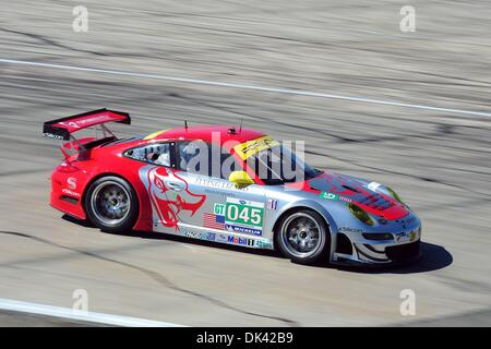 18. März 2011 - Sebring, Florida, USA - Flying Lizard Porsche Fahrer PATRICK LONG, während des Trainings für die - Stockfoto