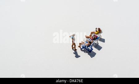 Figuren auf weißem Hintergrund Geselligkeit im Beachclub - Stockfoto