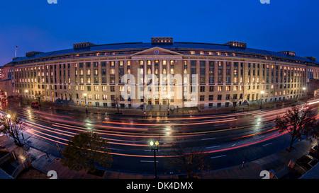 Weitwinkelaufnahme des US Department of Agriculture Hauptsitz Südgebäude bei 1400 Unabhängigkeit Ave in der Abenddämmerung - Stockfoto