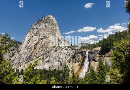 Liberty Cap und Nevada fallen... Yosemite Nationalpark, Kalifornien, USA. Fotografiert von der Panoramaweg. - Stockfoto