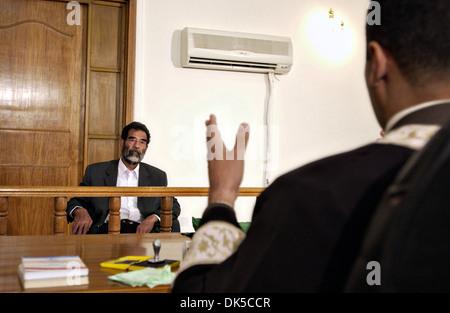 Der ehemalige Präsident des Irak, Saddam Hussein Gesten in seinem ersten Interview durch ein spezielles Tribunal - Stockfoto
