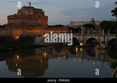 Castel Sant'Angelo und Ponte Sant'Angelo in der Abenddämmerung, Rom, Latium, Italien. - Stockfoto