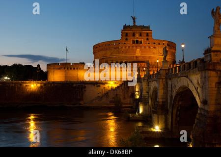 Castel Sant'Angelo und Ponte Sant'Angelo nur nach Einbruch der Dunkelheit, Rom, Latium, Italien. - Stockfoto