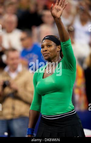 30. Juli 2011 - Stanford, Kalifornien, USA - Serena Williams (USA) Wellen-Fans nach ihren Halbfinal-Sieg bei der Bank of West Classic die Taube Familie Tennis Center in Stanford, Kalifornien.  Williams advanced mit einem 6: 1, 6: 2-Sieg. (Kredit-Bild: © Matt Cohen/Southcreek Global/ZUMAPRESS.com)