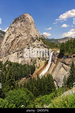 Liberty Cap und Nevada fallen. Von der Panorama Trail fotografiert. Yosemite Nationalpark, Kalifornien, Vereinigte - Stockfoto