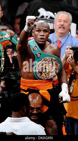 Sept 17,2011-Las Vegas, NV, USA. (in Orange/schwarz/Badehose) Floyd Mayweather Jr. Wellen an seine Fans als He TKO - Stockfoto