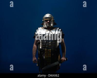 Studio-Porträt eines römischen Soldaten mit Schwert - Stockfoto