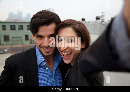 Paar unter Selbstportrait auf Stadt auf dem Dach - Stockfoto