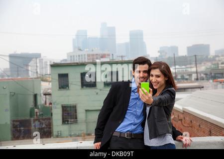 Paar, Selbstporträt auf Stadt auf dem Dach - Stockfoto