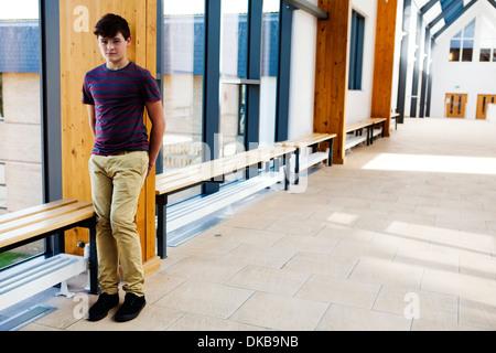 Porträt von isolierten Teenager Schuljunge im Korridor - Stockfoto