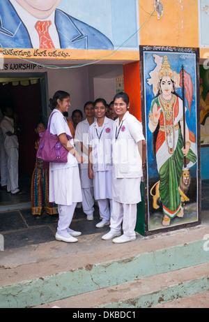 Indische Lernschwestern Sri Sathya Sai Baba mobile aufsuchende Krankenhaus Klinik. Andhra Pradesh, Indien - Stockfoto