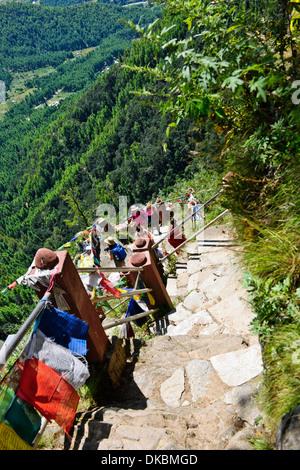 Besucher auf ihrem Weg zu dem Tiger's Nest, 10.180 Fuß hoch, Cliffhanger, buddhistische Pilgerfahrt, sehr heiligen heiligen Ort, paro Bhutan