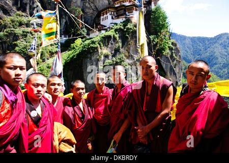 Bhutanesische Mönche Klettern auf dem Tiger's Nest, 10.180 Fuß hoch, Cliffhanger, buddhistische Pilgerfahrt, sehr heiligen heiligen Ort, paro Bhutan
