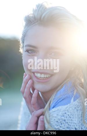 Porträt der jungen Frau drängten sich in Decke - Stockfoto