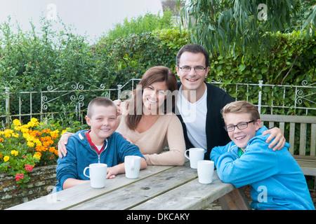 Familienbild bei Picknickbank - Stockfoto