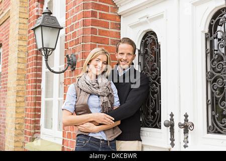 Mitte erwachsenes paar vor Haus - Stockfoto