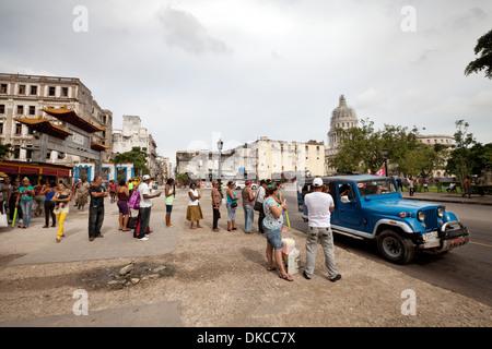 Taxi-Warteschlange, Menschen Schlange für ein Taxi, Havanna-Kuba-Karibik - Stockfoto