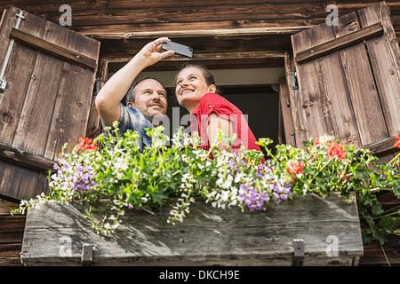 Paar, Selbstporträt von Chalet Fenster, Achenkirch, Tirol, Österreich - Stockfoto