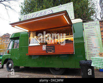 Ein umgebautes Lieferung LKW Poperating als eine mobile Cafeteria. - Stockfoto