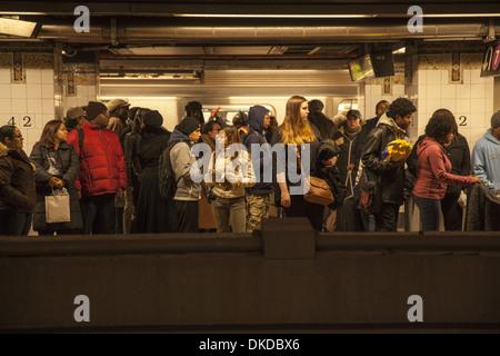 Am Abend Hauptverkehrszeit in New York City Subway an der 42nd Street am Grand Central Station. - Stockfoto
